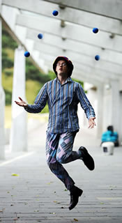 Steve Juggling 5 Balls at a Photoshoot for Festival of Politics!
